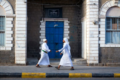 Men in white - Aden, Yemen (Maciej Dakowicz) Tags: street city travel people tourism town asia south muslim islam arabia yemen aden fds24h