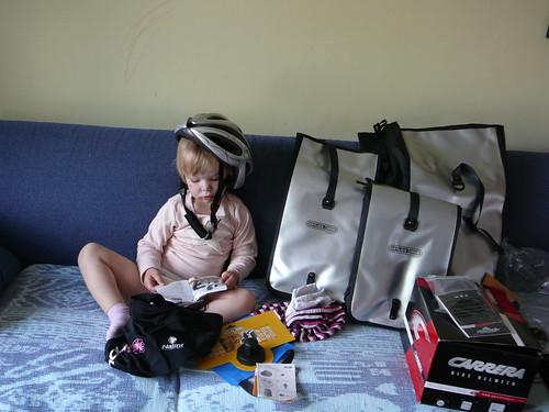Kira ayudando a seleccionar las cosas nuevas que nos enviaron de Ortlieb , cascos Carrera y mas