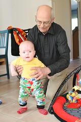 Ava går med morfar