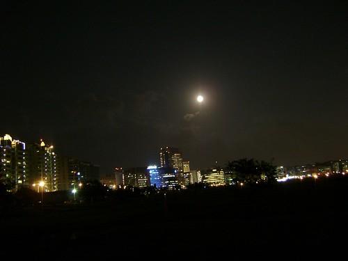 天上的大亮點是月亮哦~