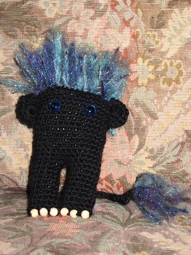 Musta peikko / Black amigurumi troll
