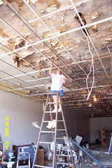 Becky Smith scraping the ceiling (Ray Cunningham) Tags: usa illinois united homer restoration states renovation emporium staaten tatsunis vereinigten raycunningham raymondcunningham zaruka raymondkcunninghamjr