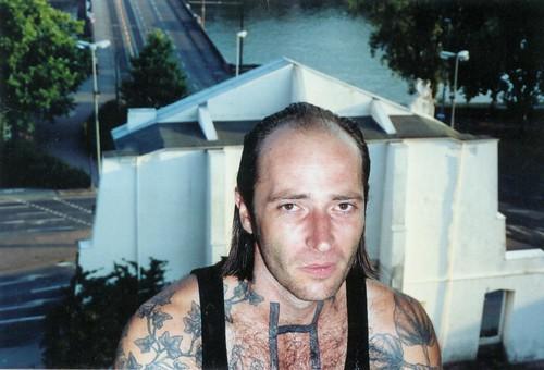 Manfred Peckl abgelichtet vor dem alten Portikus 2003. Datei: peckl-fotoautomat01