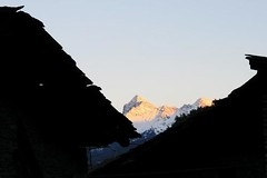 L'Emilius tra i tetti (a.mano) Tags: alpi montagna architettura valledaosta vda emilius