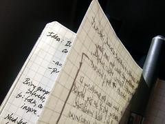 企画検討ノートとペン