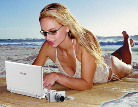 Image of a hot woman with an eeePC on the beach