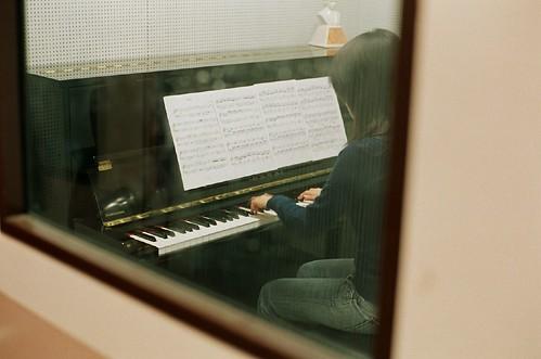 彈琴的女孩