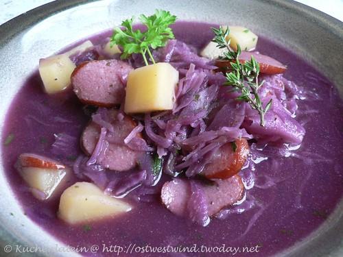 Kartoffelsuppe mit Rotkohl und Debrecziner