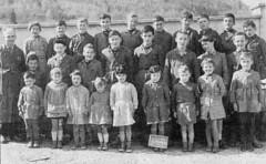 Les écoliers et l'instituteurs M. Michaud en 1959, huit ans avant la disparition de l'école dans les eaux du lac