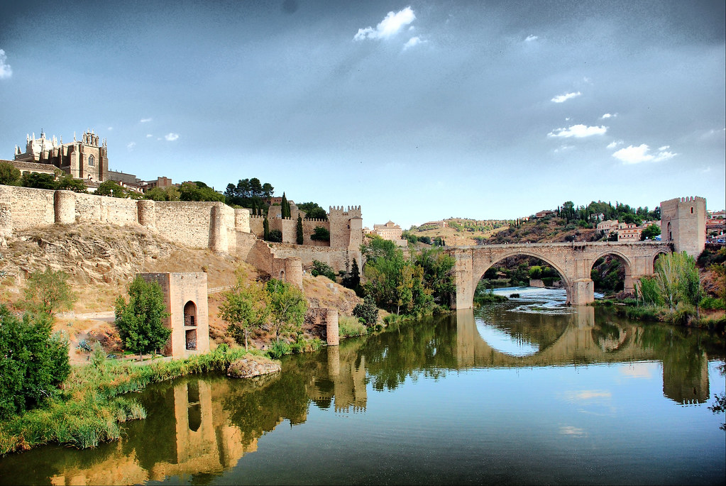 Photo de Castille La Manche n°10. Le Pont Saint Martin et le monastère de San Juan de los Reyes à Tolède.