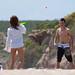 chicos jugando a las palas en la playa