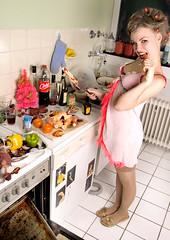 in the kitchen- self (frieda.) Tags: christmas pink windows winter woman hot tree sexy window kitchen stockings girl weihnachten gold golden fridge essen 60s shoes warm floor underwear cola top fliesen style coke messer christmastree huhn eat blonde carrot kalt paprika khlschrank sixties ofen bh maggi tannenbaum pfeffer karotte heizung kochen topflappen hhnchen braten 60er fesnter hemd stil knpfe gewrze strmpfe naschen lockenwickler sechziger weihnachtsbraten insinde