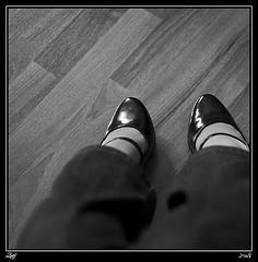 Contra-Pies... (z-nub) Tags: people blackandwhite bw woman blancoynegro zoe mujer shoes pentax estudio bn personas zapatos pies contradiction diital extremidad znub pentaxk100d zoelv efti formatocuadrado chercherlafemme bnysimilares cuadradita personasquenosondelacalle zoelópez cuadradosverticales sinacento
