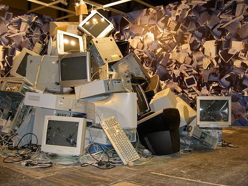 Montaña de basura electrónica en el SIMO 2007