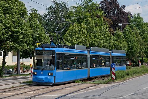 Die erste Fahrt auf der Linie 25: Der Redesignling erreicht den Theodolindenplatz