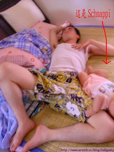 20060728 有人硬拍這種照片 然後說夏皮的睡姿是像我