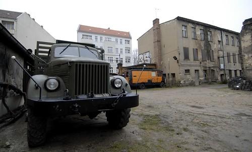 Alter Laster in einem Hinterhof - Foto: Henning Onken