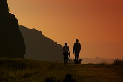 Holyrood Park (the44mantis) Tags: sunset sky orange dog togetherness scotland couple edinburgh dusk pair explore together queenspark edimburgo arthursseat salisburycrags schotland radicalroad edimburg supershot dimbourg