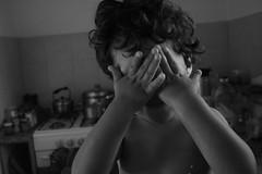 sin mirar (Analía Acerbo Arte) Tags: byn felix cara manos cocina juego niño tapar