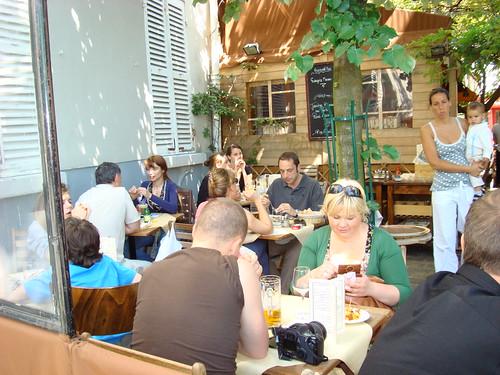Scene de restorant sur la butte Montmartre