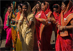 Pageant.  Ooty (Claire Pismont) Tags: asie asia inde india ooty ootacamund tamilnadu travel travelphotography travelshot temple jain woman women red streetshot street streetphotography sari religion pageant pismont clairepismont documentory