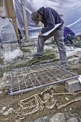 Am Fusse der Heiliggeistkirche werden weitere alte Gräber ausgegraben und zeichnerisch dokumentiert