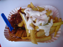 Currywurst und pommes mit mayo