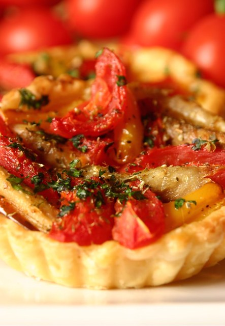 Tortino di pasta sfoglia,peperoni, pomodorini e sgombro cotto