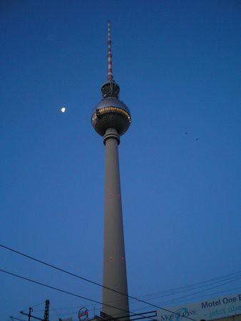 Imagen detallada de la fernsehturm de alexanderplatz