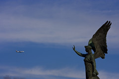 Air Traffic Control (Pensiero) Tags: sky rome roma statue angel airplane wings ryanair portfolio 70300mm statua vittoriano airtrafficcontrol altaredellapatria aeroplano exb selectedasthebest spselection canon40d fotodelmese200711romamor fotoleggendo2008fotocolture selexb seledn urbenoriz romasel13