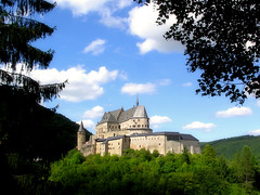The castle of Vianden (Bn) Tags: travel vacation holiday castle topf25 architecture topf50 traveling luxembourg topf100 soe breathtaking luxemburg vianden 100faves 50faves 35faves 25faves golddragon abigfave platinumphoto aplusphoto ibeauty castlevianden megashot life~asiseeit kasteelingroothertogdomluxemburg schlossvianden thecastleofvianden 50earthfaves top20travelpix