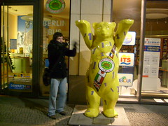 ric e l'orso (cHia^) Tags: bear city trip friends berlin yellow flag flags giallo journey amici viaggio silvester vacanza capodanno orso citt bandiere bandiera berlino