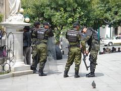 Tensa paz paceña (Upper Uhs) Tags: plaza square riot cops dove police bolivia paloma security custodia polizei lapaz seguridad polis polizia murillo politi policja poliisi polisi pulizija polÍcia policÍa fuerzapÚblica