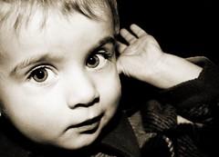 Buscando papa' Noel. (Siscafoto) Tags: life portrait cute sepia blackwhite kid child nios francesco sobrino emozioni bwemotions canoneos30d ritrattidiof niosydetalles espressionidellanima byfotosiscaallrightsreserved siscafotogmailcom
