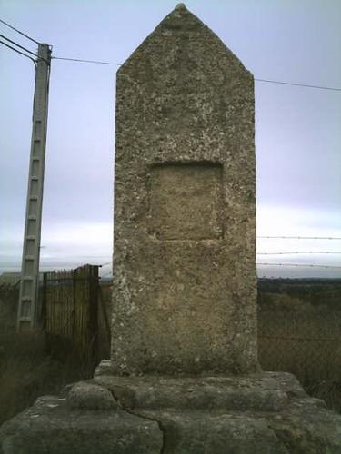 Monumento en un cruce de caminos en berlanga de duero (soria)