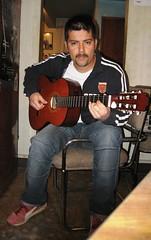 Jugando a la guitarra (El Seor Cacomixtle) Tags: portrait selfportrait self ego gracias retrato guitarra takamine autorretrato javier flickrbirthday unao javiere egoself cacomixtle cumpleflickr maanitasn cuaza cuazanet seorcacomixtle monsieurcacomixtle
