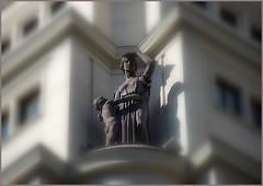 QUÉ ESTO ESTÁ MUY ALTO!!! (ABUELA PINOCHO ) Tags: madrid españa edificio escultura estatua fachada magiceye vitalicio tepasaste superbmasterpiece betterthangood sculptureaward cuadrosymonumentos