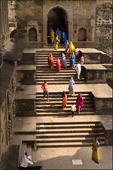 L'Inde ternelle - Multicolore, Maheshwar (Elishams) Tags: india color colors temple women stair couleurs indian traditional culture widow hindu soe ghat madhyapradesh northindia blueribbonwinner maheshwar indedunord abigfave anawesomeshot 50millionmissing