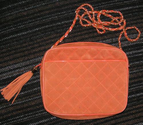 Orange väska.