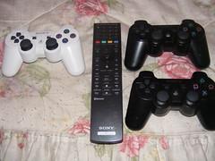 Dualshock 3, sus 2 hermanos Sixaxis y el mando para Blu Ray. - by psychox27
