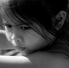A volte...... (Monia Sbreni) Tags: portrait bw face asian nikon asia child noiretblanc zwartwit bn laos schwarzweiss ritratto pretoebranco lao bianconero viso biancoenero bambina faccia svartvitt blackandwithe luanprabang nikond80 moniasbreni