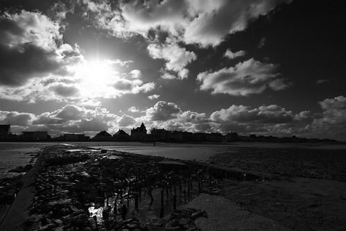 Un épi sur la plage de Saint-Aubin, à contre-jour
