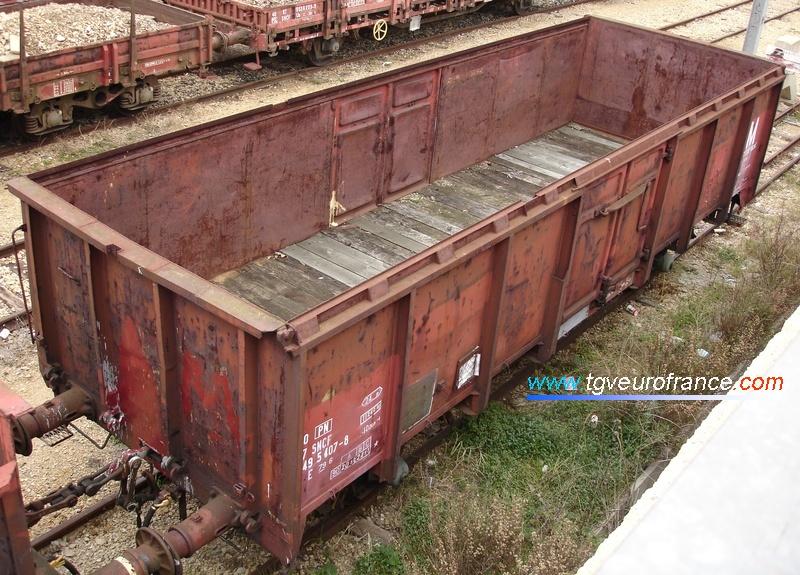 Cet autre wagon tombereau E79 sert au transport de détritus. Il fait aussi partie du parc de service de la SNCF.