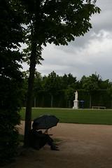 Touriste au parapluie, Versailles, France (Thomas Grascoeur) Tags: cloud france tree rain statue umbrella jardin pluie unescoworldheritagesite versailles grandes nuage chteau worldheritage parapluie touriste eaux musicales patrimoinemondialdelunesco versaillesinsolite versaillesrevisited