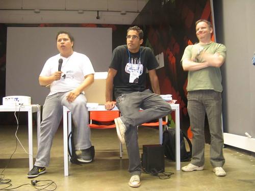 Mack, Dulcetti e Largman anunciando o computador