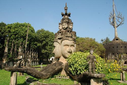 Vista conjunta de varias esculturas del Parque de Buda