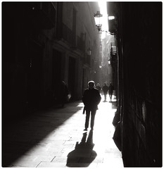 Barcelona (YYNTL) Tags: barcelona street shadow people bw espaa spain alley barca shadows notes bcn unfound catalonia espana catalunya standard schaduw pointshoot steegje barcelons yenny persoon straatje ciutatcomtal barriogotico yental nikoncoolpixs200 yoyental
