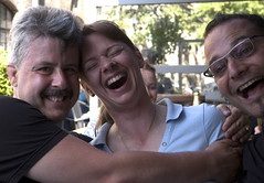 The Girl Is Mine! (M@rkec) Tags: fun pub sven flickrfun terras irishpub grotemarkt siri smilingdavinci eelco thegirlismine eelcokruidenier svencipido iersepub flickrmeetupmechelen2011 290511 flickrprocessie siriempereur