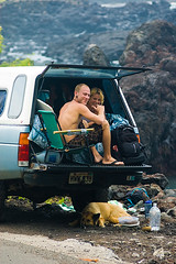 Waiting for the waves (Paula Marina) Tags: dog co smile happy hawaii lava nice couple surfer friendly bigisland aloha simpatia manini hawaiianstyle tudobem maninibeachroad ifeelit paulamarina