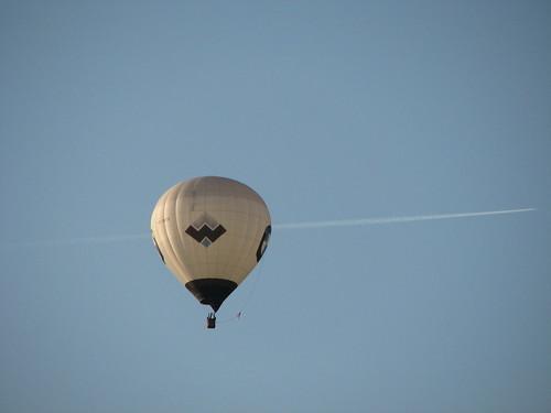 Ballon und Kondensstreifen